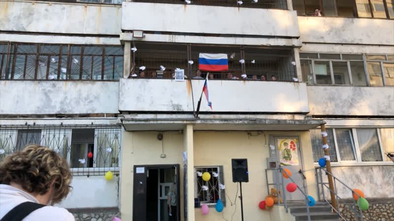 Жители дома на Эльмаше поют День Победы
