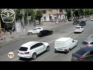 В Волгограде столкнулись Лада и Audi, пострадала водитель иномарки