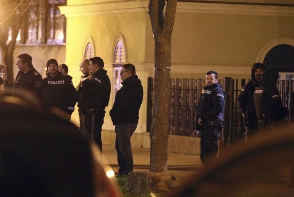 В Вене около 50 человек напали на католическую церковь и разбили церковную утварь Глава МВД Австрии Карл Нехаммер осудил инцидентПорядка 50 молодых людей турецкого происхождения напали на