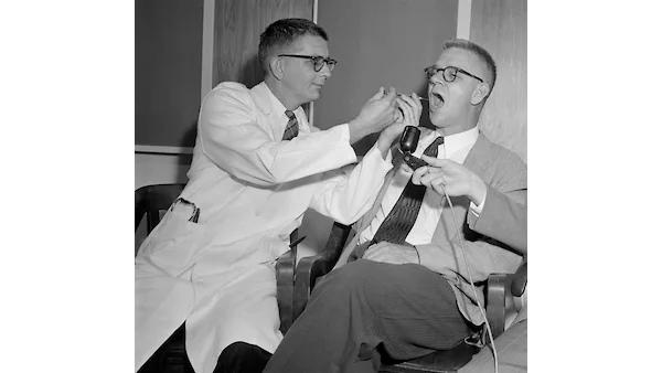 Доктор Гарри Л. Уильямс (слева) и доктор Карл Пфайфер, декан отделения фармакологии Университета Эмори, тестируют ЛСД, 1955