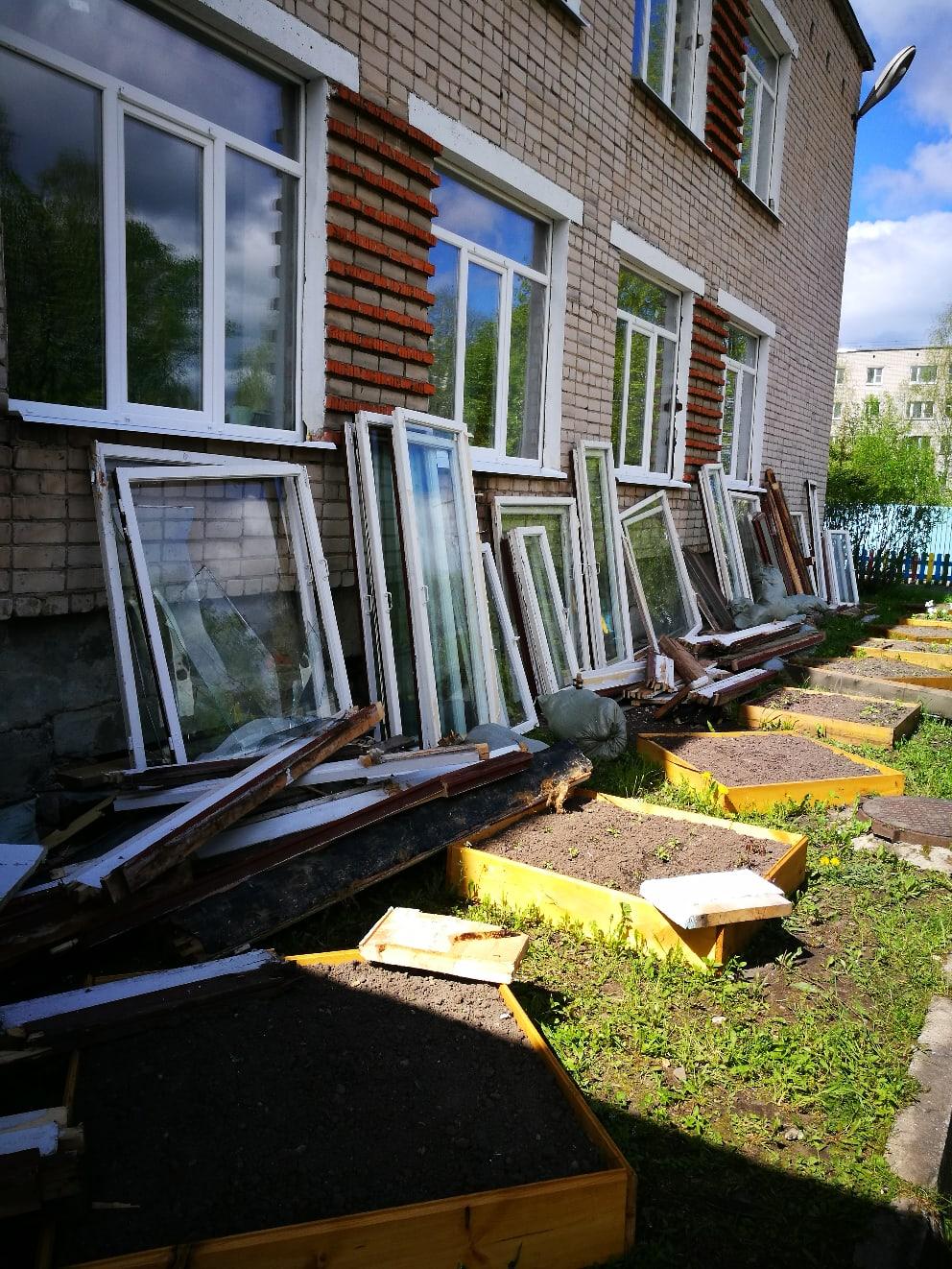 Люди, кому надо может старые окна.