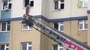 В Салехарде спасатели пытаются снять мужчину с парапета многоэтажки