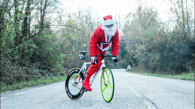 Santa Claus with his fixedgear Incredible Hillbombing without brakes DAFNEFIXED