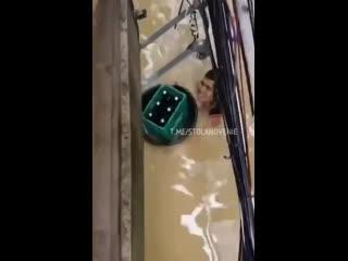 В Филиппинах мужик плывёт из магазина с пивом