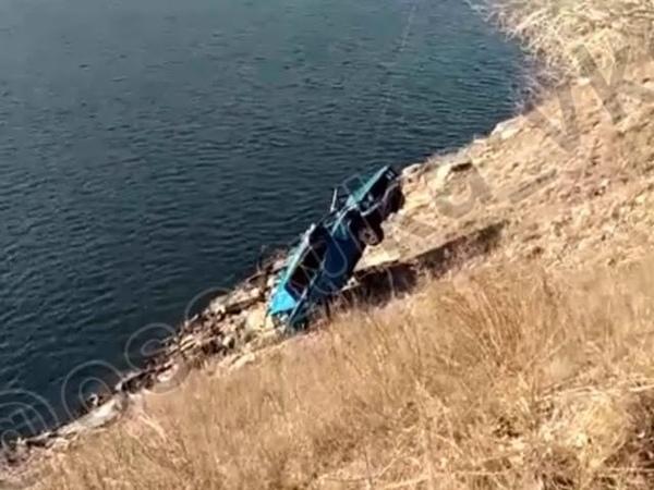 В ВКО водитель легковушки выжил после падения в Иртыш с обрыва