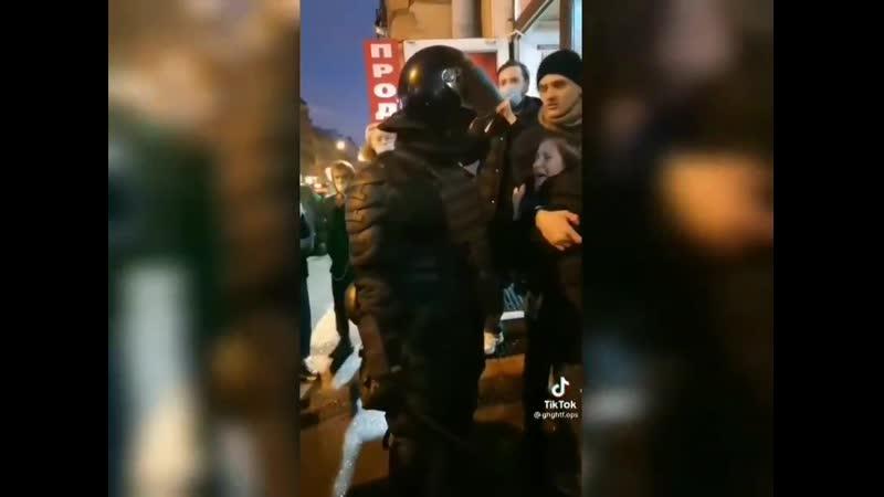 Полицейский собирался задержать молодых людей но вмешался прохожий и предложил забрать его вместо них