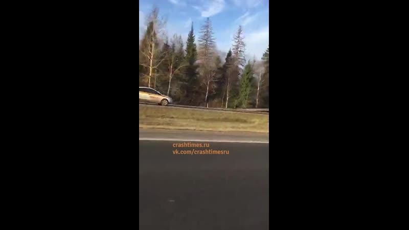 Такси таранит фуру на встречке под Волоколамском
