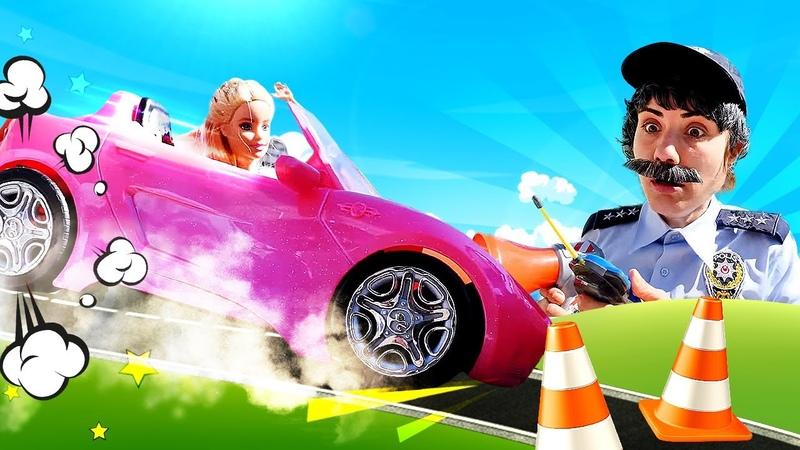 Barbie deneyimi olmadan yeni arabasıyla trafiğe çıkıyor! Ümit ona ders veriyor - polis oyunu!