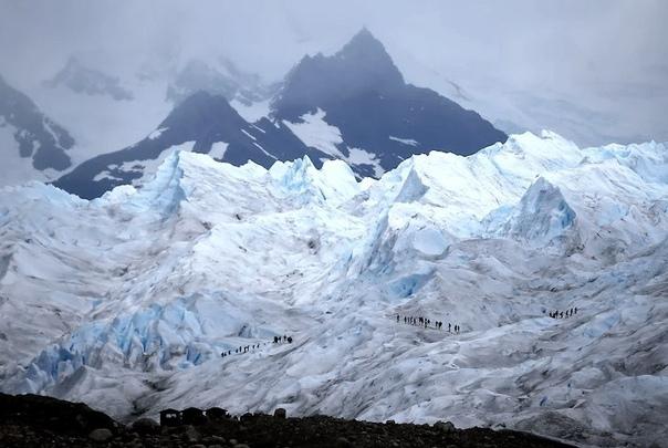 Альпинисты идут по леднику Перито-Морено, Аргентина. Наши дни.