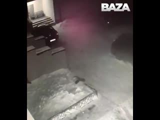 6-летняя девочка выпала из окна и приземлилась в сугроб