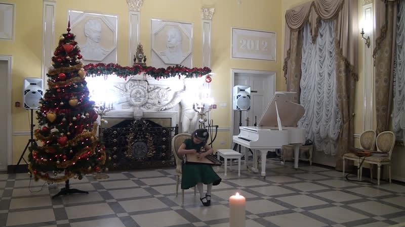 Елизавета Воронина играет на детских гуслях