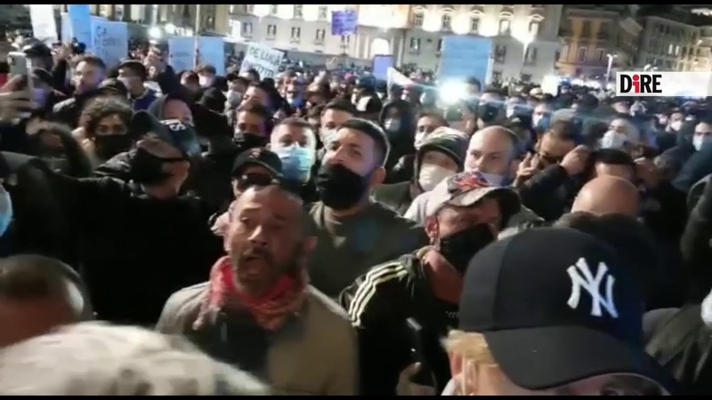 Napoli I manifestanti chiedono di raggiungere la Regione in corteo 2610 20