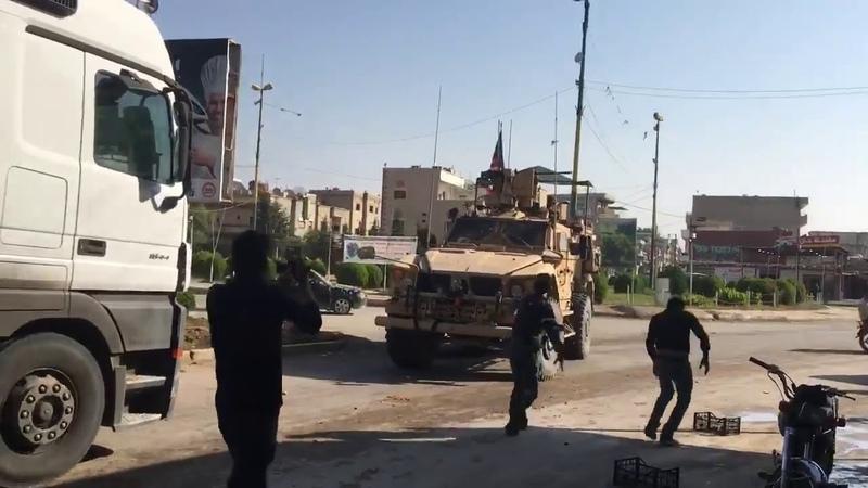 Камни и гнилые фрукты бросают курды по отходящим подразделениям армии США в Сирии