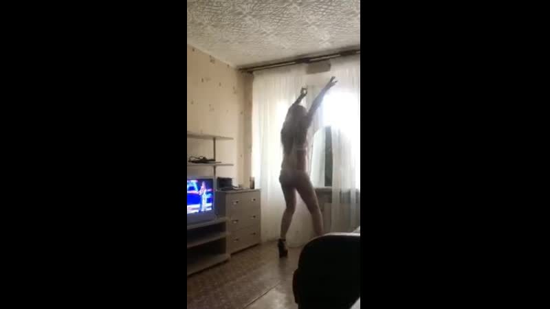 Снимает голую подругу в Перископе Periscope Upskirt Downblouse