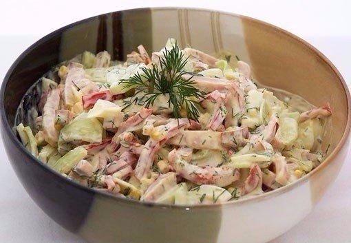 9 вкуснейших салатов на каждый день! 1. Салат с сухариками Ингредиенты:Огурец свежий большой 1 шт.Грудка куриная отварная (или куриная ветчина) 250 гСыр твёрдых сортов 70100 гКукуруза 1