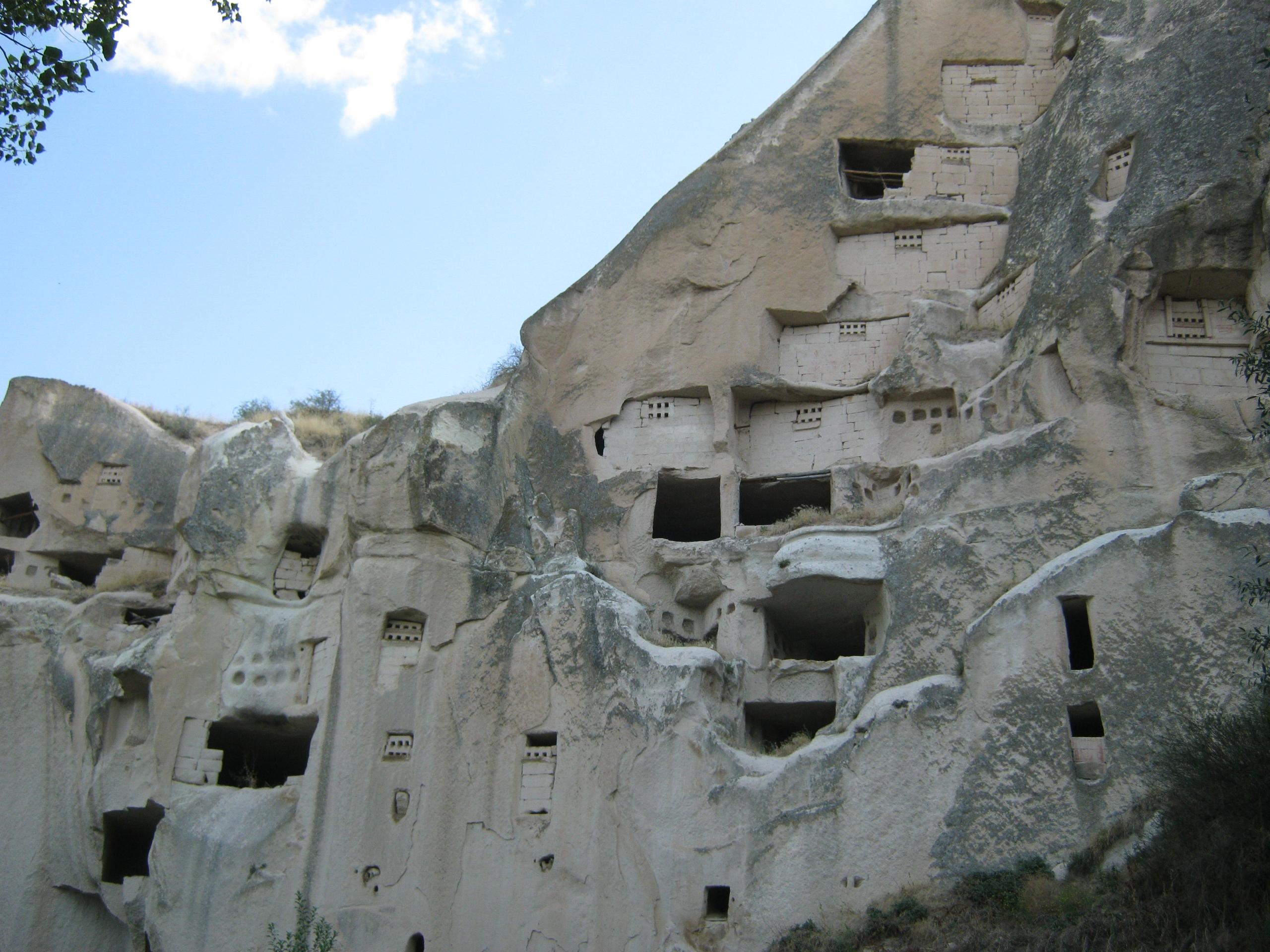 скопление многоэтажных голубятен в долине Гомеда