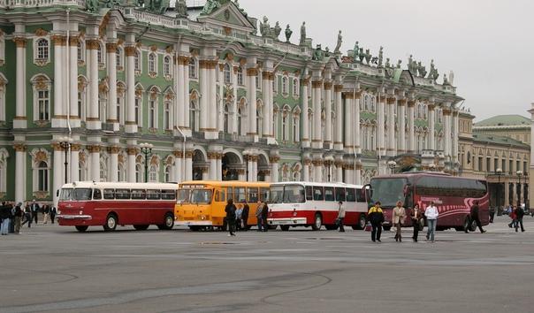АВТОБУСЫ НА ДВОРЦОВОЙ  Фото 30 сентября 2006 года, в дни празднования 80-летия 'Пассажиравтотранса'.