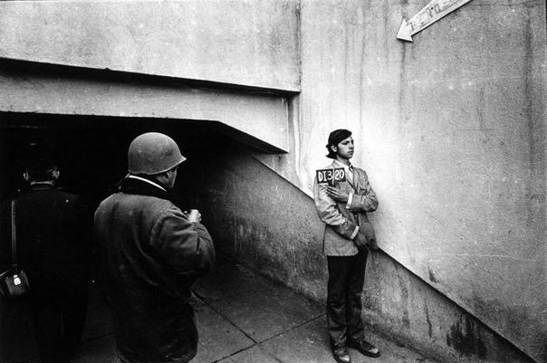 Арестованного фотографируют на стадионе, превращенном в концлагерь