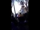 Italien Musel klettert auf die Statue der Jungfrau Maria und versucht sie mit Hammerschlägen zu zerstören