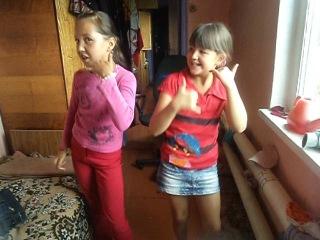 две глупые девчонки танцуют танец я не дам!!!