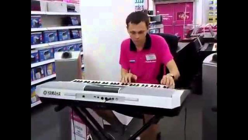 Продавец консультант в Медиа`Маркт играет на синтезаторе!