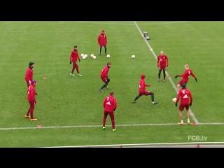 Футболисты Баварии играют на тренировке в собачку