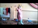 маленькие дети . мальчик круто танцует . смотреть