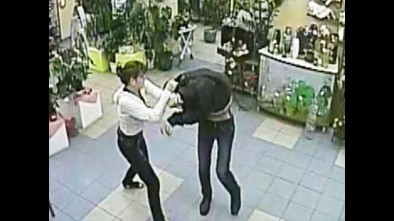 Девушка продавец самостоятельно задержала грабителя