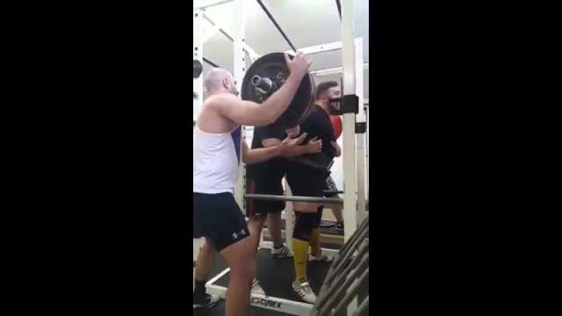 Матиаш Белшак ( Словения ), присед в наколенниках - 360 кг .