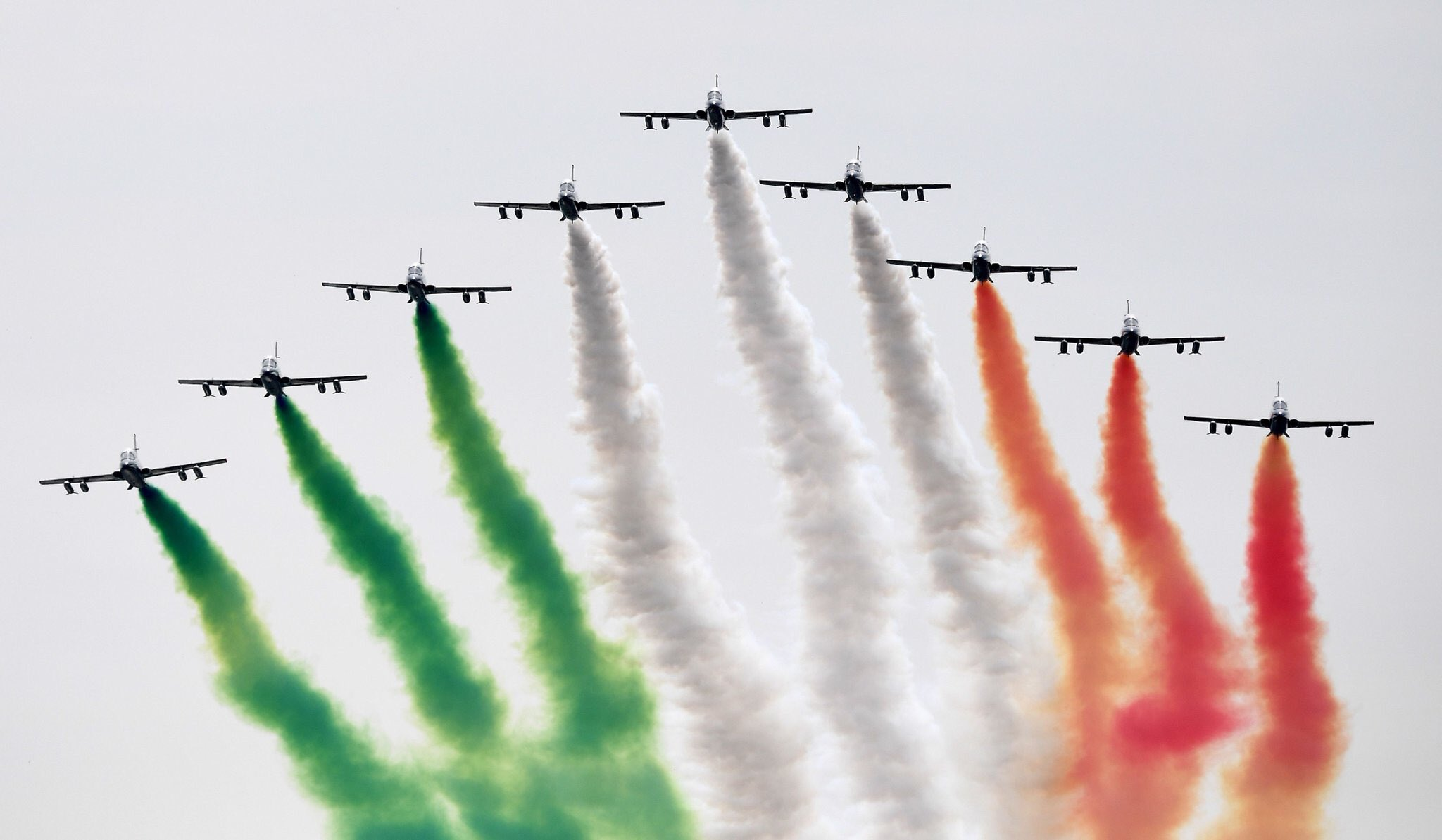 Самолёты раскрашивают небо в цвет флага Италии перед началом гран-при