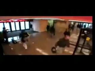 Известный музыкант играет на скрипке Страдивари в метро (Джошуа Белл)