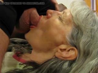 Старушку кормят спермой