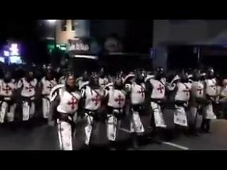 Немцы одетые в костюмы крестоносцев протестуют против мигрантов, угрожая мусульманам устроить новые крестовые походы.