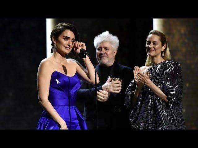 Penélope Cruz émue aux larmes pour recevoir son César d'honneur des mains de Pedro Almodovar