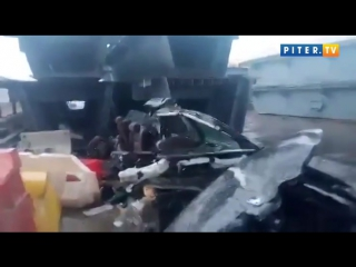 Сквозь металл. Водитель пролетел сквозь металлоконструкцию. Машина превратилась в груду железа, водитель чудом не пострадал.