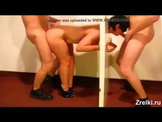 Издеваются над зрелой проституткой Машей на каблуках два мужика Домашнее порно а