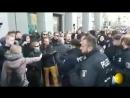 Gegendemonstranten - Polizei am Tag der deutschen Einheit in Berlin