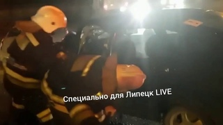 спасатели достают пострадавших