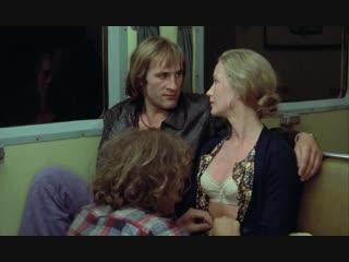 Кормит грудью взрослого мужика (уговорили дать пососать сиську, молочная грудь мамы)