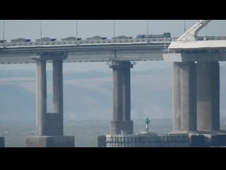 На мосту большой состав со щебнем.много другой техники.очень сильный ветер.