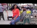 فضايح بنت تجلس عڵۍ أرجل الغرباء في اڵشاړع م