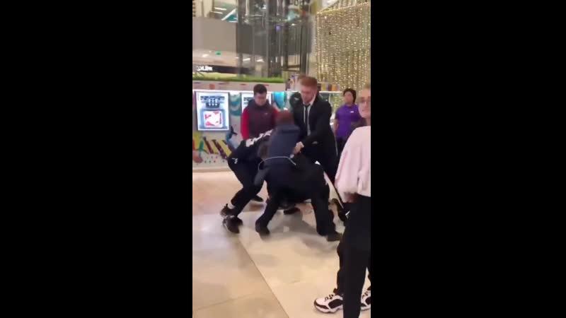 В ТЦ МЕГА ХИМКИ чоповец отправил в нокаут школьника, который дрался с гопотой, заступаясь за девушку