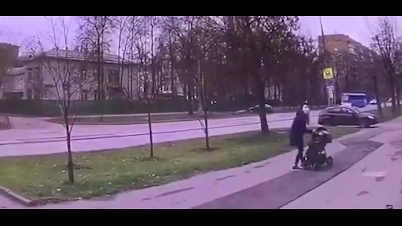 Москва. - Тротуар тоже зона повышенной опасности. - Дитёнок цел. Мать с переломами.