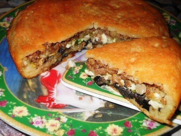 Слоёный пирог с фаршем, грибами, яйцами и зелёным луком.