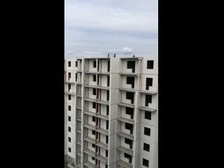 подростки бегают по крыше в Копейске