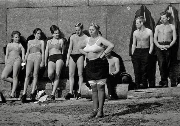 Прием солнечных ванн у стен Петропавловской Крепости. 1964 г. Ленинград.