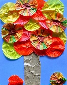 Осенние поделки с малышами Очень простую аппликацию осеннего дерева можно сделать даже с детьми 2-3 лет, использую бумажные розетки от кексов или печенья. Ствол вырезаем из оберточной бумаги, а