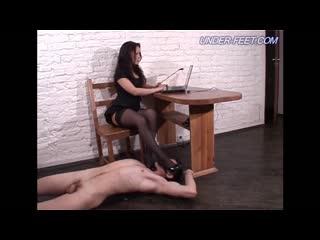 Молодая русская начальница в офисе заставила лизать пизду и ноги