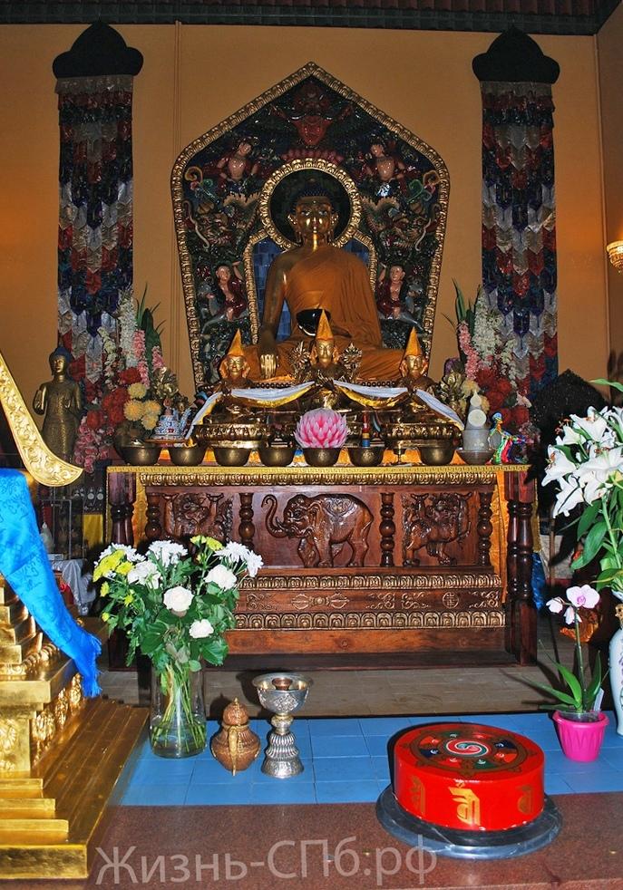 Дацан Гунзэчойнэй. Статуя будды, находящаяся в центре храма