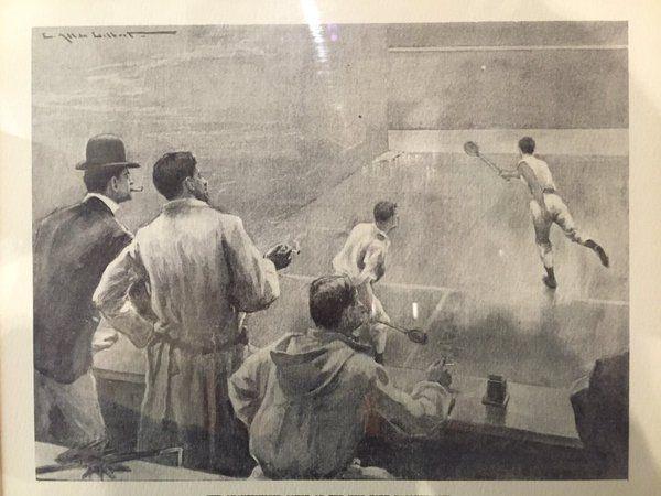 ИСТОРИЯ СКВОША Сквош вид спорта, в котором спортсмен использует ракетку и мягкий мяч. Название произошло от английского слова squash, в переводе «раздавленный» и связано с использованием в игре